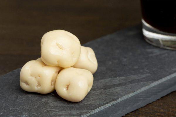 Appel met yoghurtchocolade - Sfeerafbeelding van de Dazzles! Creamy Apple neergelegd op een donkere houten tafel bij een kop koffie