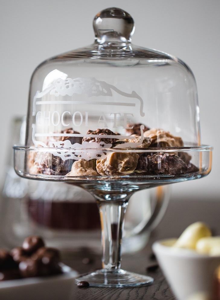 Dazzles chocolade liggend onder stolp